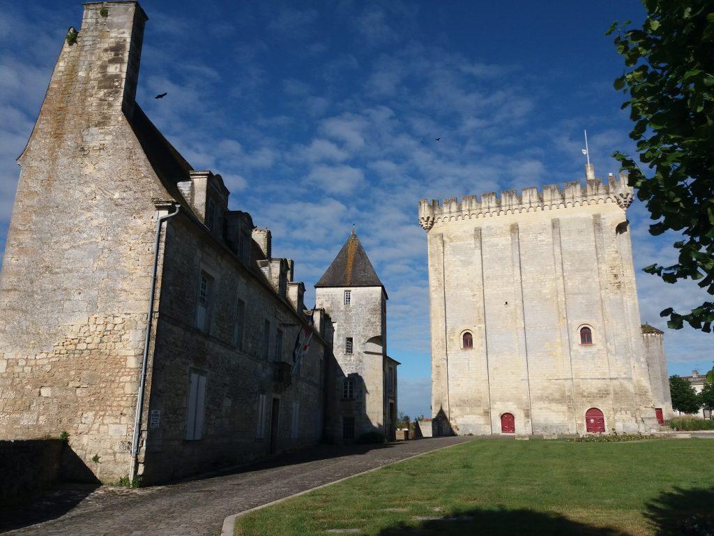 La mairie et donjon à Pons